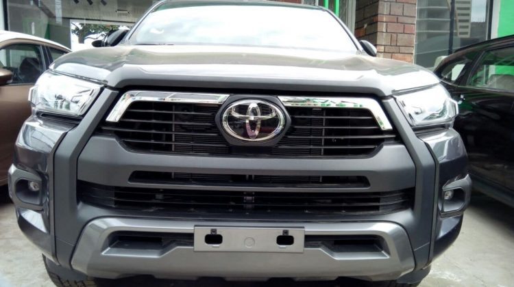 TOYOTA HILUX INVINCIBLE (EXTRA CABIN)